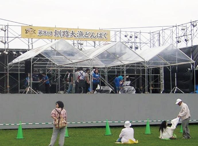釧路大漁どんぱくステージを透明天幕で雨天対応